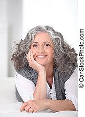 sonriente, mujer más vieja