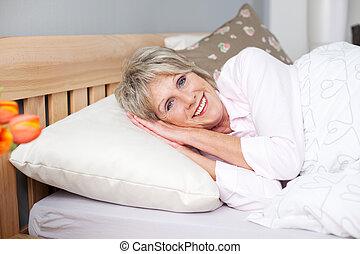 sonriente, mujer mayor, dormido, en cama