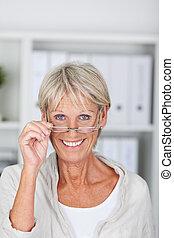 sonriente, mujer mayor