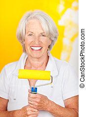 sonriente, mujer mayor, pintura, ella, hogar