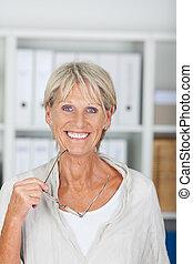 sonriente, mujer mayor, tenencia, ella, anteojos