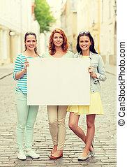 sonriente, niñas adolescentes, con, blanco, cartelera
