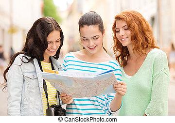 sonriente, niñas adolescentes, con, mapa, y, cámara
