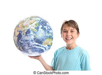 sonriente, niño, con, mundo, en, palma, de, el suyo, manos