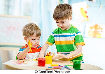 sonriente, niños, juego, y, pintura, en casa, o, jardín de...