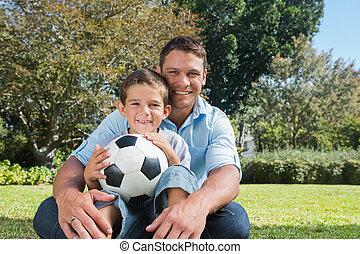 sonriente, papá, y, hijo, en, un, parque
