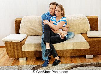 sonriente, par cariñoso, sentar sofá