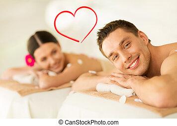 sonriente, pareja, acostado, en, tabla del masaje, en, balneario, salón
