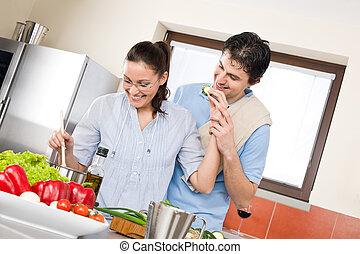 sonriente, pareja, cocinero, en, moderno, cocina