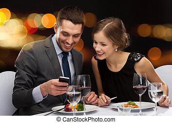 sonriente, pareja, comida, curso principal, en, restaurante