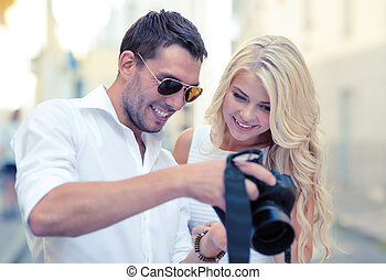 sonriente, pareja, con, cámara fotográfica de la foto