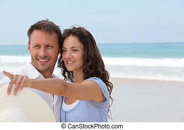 sonriente, pareja, el vacaciones, en la playa