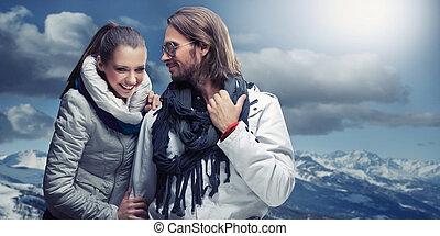 sonriente, pareja, en, el, montaña