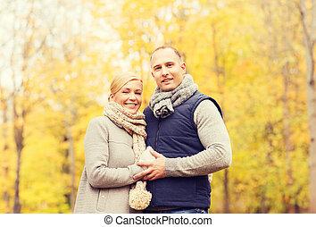 sonriente, pareja, en, otoño, parque