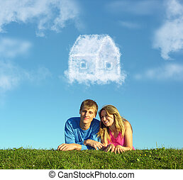 sonriente, pareja, en, pasto o césped, y, sueño, nube, casa, collage