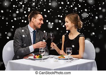 sonriente, pareja, en, restaurante