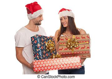 sonriente, pareja joven, con, grande, obsequios de navidad