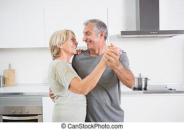 sonriente, pareja, juntos, bailando