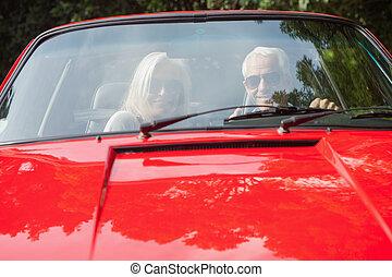sonriente, pareja madura, en, rojo, cabriolet