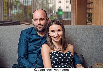 sonriente, pareja, sentar sofá