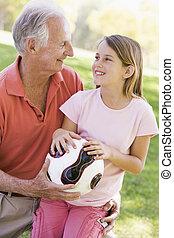 sonriente, pelota, aire libre, nieta, aduelo