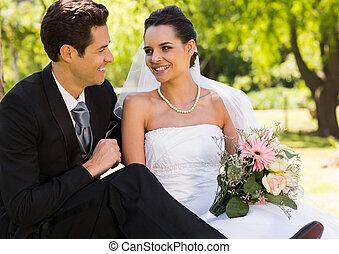 sonriente, recién casado, pareja, en el estacionamiento