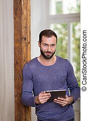 sonriente, relajado, hombre, teniendo tableta, computadora