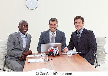 sonriente, reunión, tres, hombres de negocios