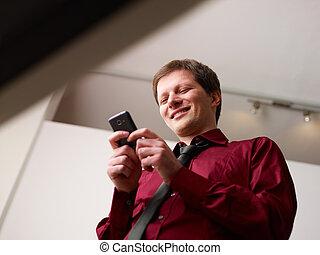 sonriente, smartphone, sms, hombre, mecanografía