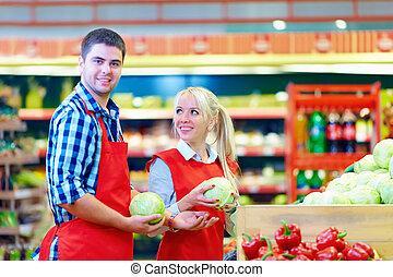 sonriente, tienda de comestibles, personal, trabajando, en, supermercado