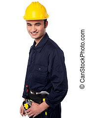 sonriente, trabajador construcción, en, sombrero duro amarillo