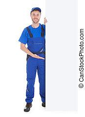 sonriente, trabajador manual, con, cartelera