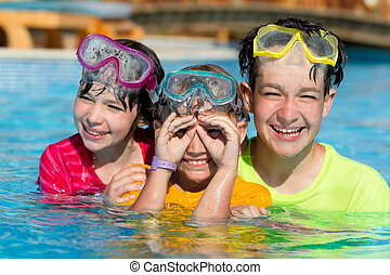 sonriente, tres, piscina, niños