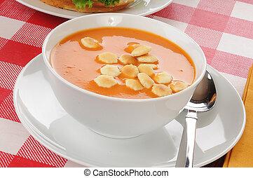 sopa de tomate, galletas, bisque