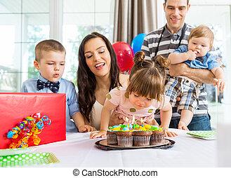 soplar, velas, torta de cumpleaños, niña, afuera