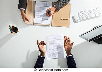 sopra, businessperson, mano, bianco, scrivania, candidati