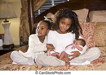sorelle, con, neonato, fratello