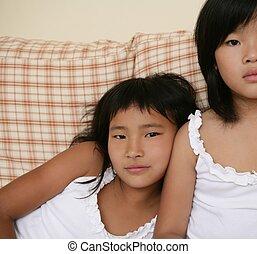 sorelle, divano, proposta, asiatico, ritratto