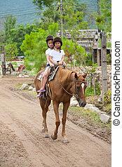 sorelle, sentiero per cavalcate, cavallo, due, asiatico