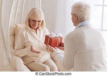 sorgend, seine, ehefrau, geben, geschenk, ehemann, nett