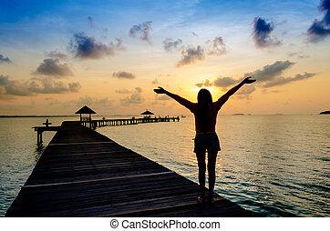 sorglös, kvinna, in, den, solnedgång, på, den, pier.,...