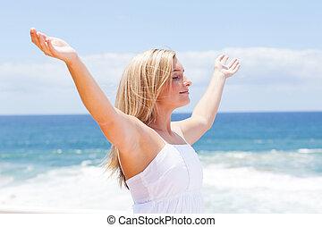 sorglös, ung kvinna, med, havsarm öppnar, på, strand