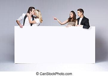 sorprendido, amigos, mirar fijamente, en, besar, pareja