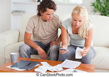 sorprendido, gastos, pareja, su, calculador