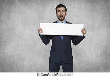 sorprendido, hombre de negocios, con, un, pedazo de papel