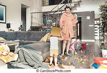 sorprendido, mamá, mirar fijamente, en, ella, juego, niño