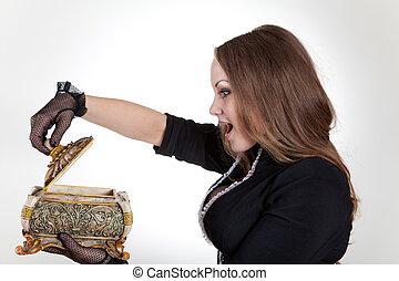sorprendido, mujer, con, caja de la joyería