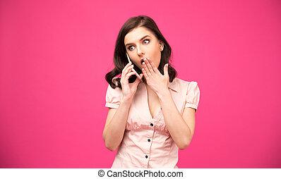 sorprendido, mujer joven, hablar teléfono