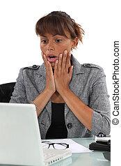 sorprendido, mujer mirar, en ordenador, pantalla