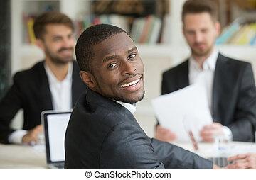sorridente, americano africano, guardando macchina fotografica, indietro, spalla
